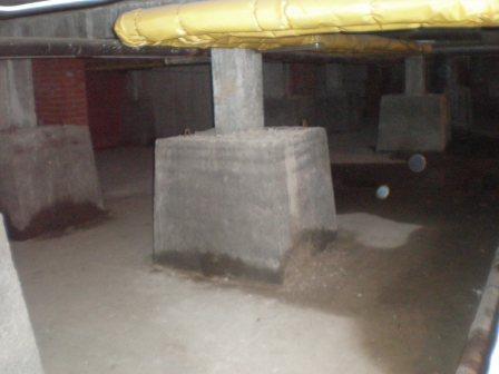 Подвал здания Фундаментные стаканы расположены в данном варианте в подвале здания и опираютя на ростверк свайного фундамента
