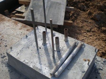 Устройство каналов и выпусков арматуры в монолитном подколоннике для штепсельного стыка колонны с фундаментом