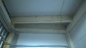 Образование коррозии на железной конструкции внутри помещения